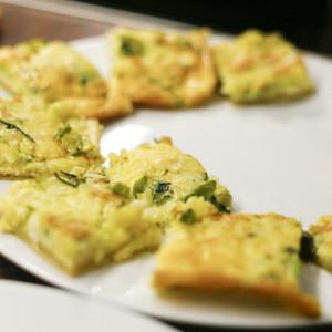 Crostini sind hübsch auf dem Teller drapiert.
