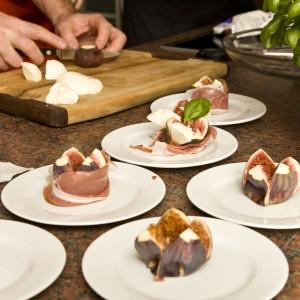 Feigen, Mozarella und Parmaschinken werden dekorativ angerichtet.