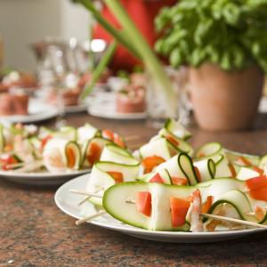 Gemüsespieße mit Meeresfrüchten sind stilvoll auf Tellern angerichtet.