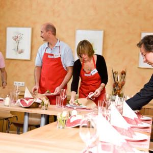 Alle Teilnehmer versammeln sich um den elegant gedeckten Tisch.